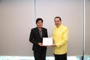 รับเกียรติบัตรจากท่านนกยกสภามหาวิทยาลัยฯ ศาสตราจารย์พิเศษ ดร.สุรเกียรติ์ เสถียรไทย